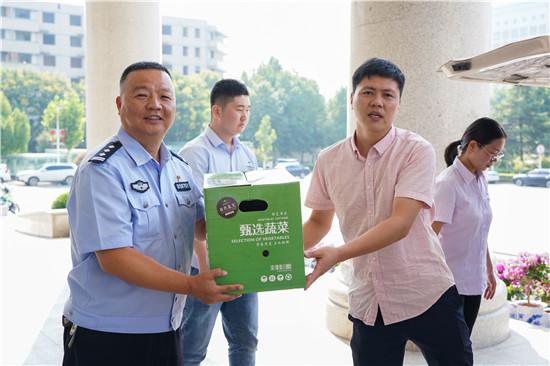 """中华网河南联合爱心企业连续六年为郑州交警支队""""送清凉"""""""