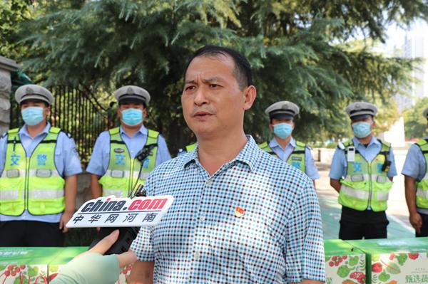中华网河南联合爱心企业慰问一线交警 致敬高温下的坚守!